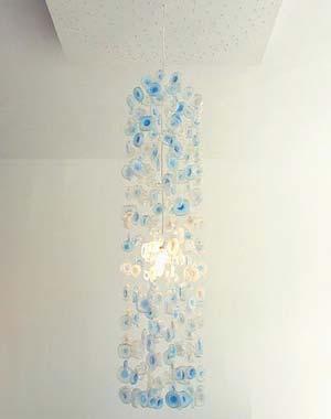 矿泉水瓶子大吊灯颜色宜人,光线柔和.图片