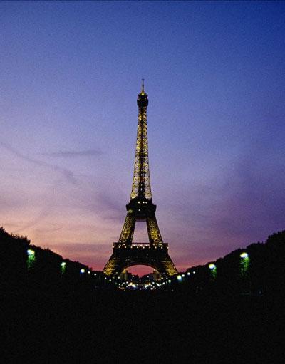 灯光映钢铁柔情巴黎铁塔夜景(组图)