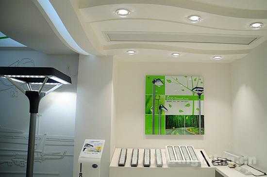 展示厅的设计风格以凸现海拉工业照明产品为主,给人以优雅精致耳目一