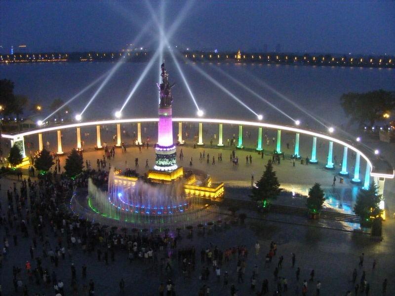 根据哈尔滨防洪纪念塔的功能特征,重要程度以及照明要求,应合理构建