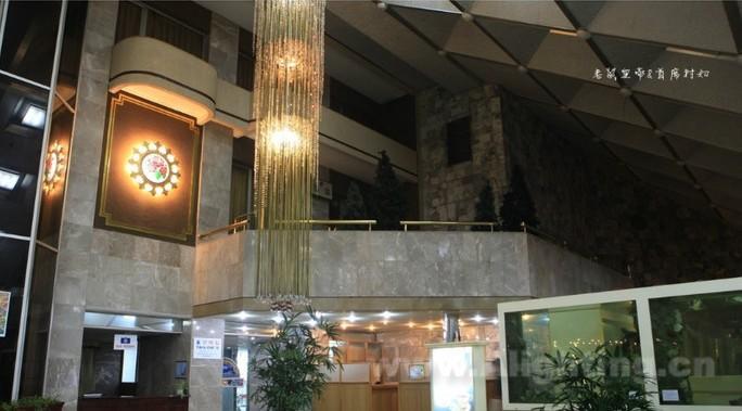 羊角岛国际酒店西与高丽饭店比邻,北与金日成广场,主体思想塔沿江而望