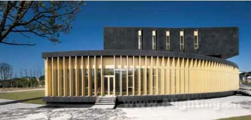 绵延建筑基座上的金色格栅使得建筑微妙的张扬起来