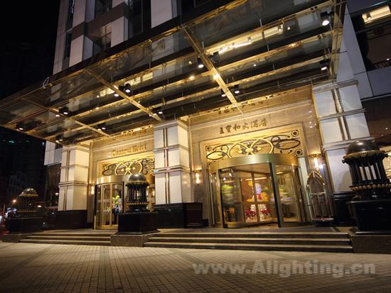 项目概况   上海王宝和大酒店是国内第一家全部使用LED灯的高档酒店。国际五星级标准,楼高27层,拥有319间各式客房,多间风格迥异的餐厅和酒吧,功能完备的宴会厅、娱乐休闲中心等。   本次照明设计的重点是照明环境和节能,适宜的光色使整个酒店呈现出一种典雅大气、金碧辉煌的感觉;LED灯的节能效果,大大降低了酒店的照明能耗。 [NT:PAGE]   大堂   酒店大堂是客人等候、交流的场所,人流最为集中,也是反映酒店档次和吸引人们前来消费的重要区域,其照明设计尤为重要。酒店大堂需要呈现一种温馨舒适的氛