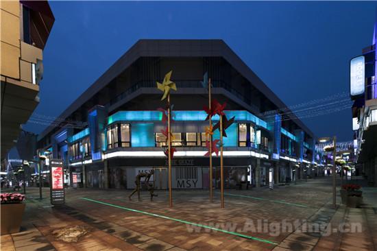 本项目于2012年9月建成使用。本项目夜景照明设计以商业体为设计重点,通过商业空间的灯光塑造,衔接城市空间;用高层住宅群的屋顶泛光强调地理区位,刻画夜景天际线;商业金街灯光设计联接起大型商业中心不同的业态,并与住宅底商灯光构成呼应,将大商业动线渗透进风情社区商业街,满足了城市商业地产开发对夜景照明设计任务的诉求,突显出都市商业地标,丰富了青岛的城市夜景观。