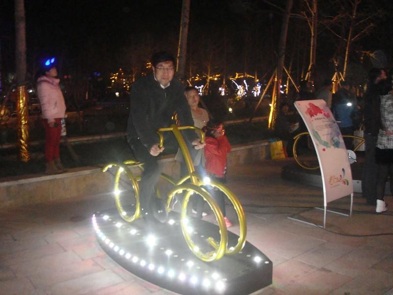"""我公司设计制作的""""灯光互动自行车""""深受市民的喜爱和媒体的关注."""