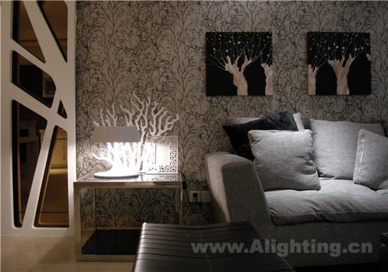影子.尤其是沙发背景墙,壁纸上层层叠叠的枝条、白色的人造