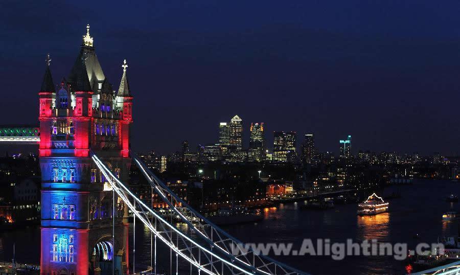 """而塔桥最美元素——两座主塔的照明设计则成为设计师表达的重点。为了换掉过去使用传统光源的单调且静止的灯光设计,实现魔幻的动态灯光效果,设计师在两座主塔的四个侧面分别安装了10个40×3W的大功率投光灯,超高的光强成功照亮了40米高的""""城堡"""",绚丽的灯光色彩营造了一种魔幻的动态灯光效果。   这些大功率投光灯具有独特、合理的光学和遮光板设计,超高的光强避免了因光效粗糙而造成斑驳不已的光影情况,可以完美实现""""魔幻城堡""""的灯"""