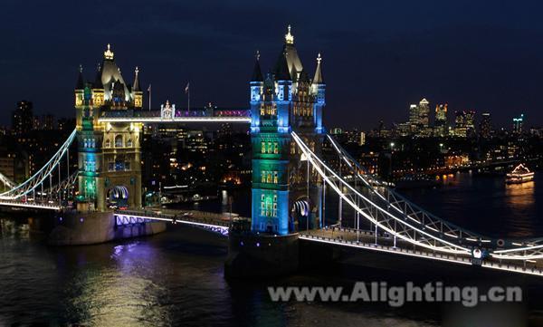"""修整了照明系统后的伦敦塔桥,在新的灯光照亮下更凸显了塔桥的雄伟;不同颜色效果逐一变化实现了塔桥多彩的魔幻动态色彩效果。其中,长60多米的伦敦塔桥将变身为""""魔幻塔桥"""",成为泰晤士河上的主要桥梁之一。""""魔幻塔桥""""线条硬朗,银白色的主色调蕴含宁静祥和之意。两个城堡在五颜六色的灯光中更显得鬼魅、魔幻,凸显了浓厚的文化韵味。"""