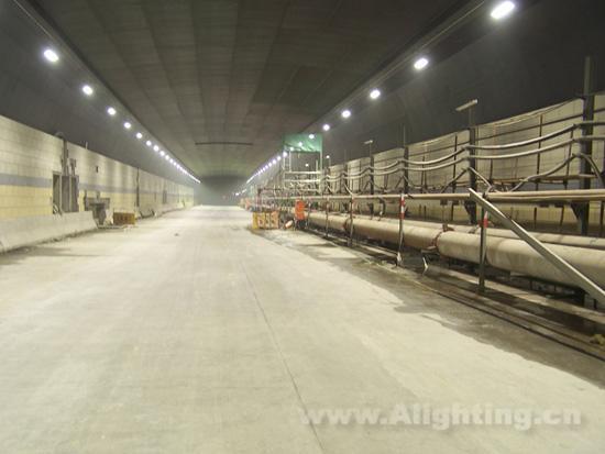 杭州钱江隧道地下LED照明段长度约4160m,主要为圆隧道段照明。鉴于隧道内24小时不间断照明的特点,采用绿色、高效、长寿命的 LED光源将有助于节能与环保,但由于目前国内外尚未形成隧道用LED大功率照明的技术规范,故根据本工程照明功能的需求,根据设计院技术要求,并依据《TJ026.