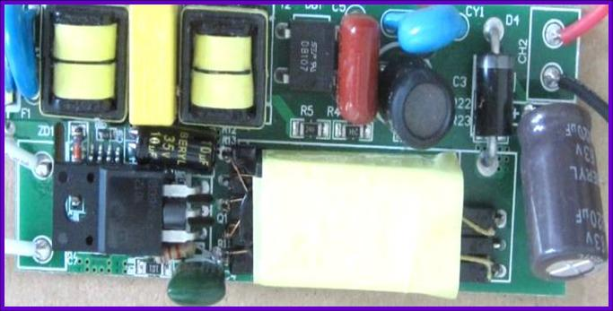 一.产品描述 一。固态电容全称为:固态铝质电解电容。它与普通电容(即液态铝质电解电容)最大差别在于采用了不同的介质材料,液态铝电容介质材料为电解液,而固态电容的介质材料则为导电性高分子。 电解液和导电性高分子两者有何区别? 1、高电导率:导电率0.01S/cm vs 500S/cm 2、导电方式:前者离子导电,后者电子导电。 (1)、金属导电微粒是自由电子,电解质溶液导电微粒是自由移动的阴阳离子。 (2)、金属导电属于物理变化,电解质溶液导电属于化学变化。 3、热阻性能260 vs 300 4、优点价格