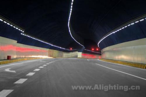 大断面由于处于主隧道与匝道交汇处,车道多,交通情况复杂,故采用单排