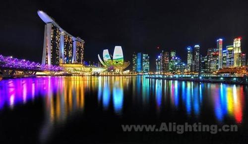 5公里长的海滨长廊各角落,华灯魅力让滨海湾夜景更加的璀璨绚丽.