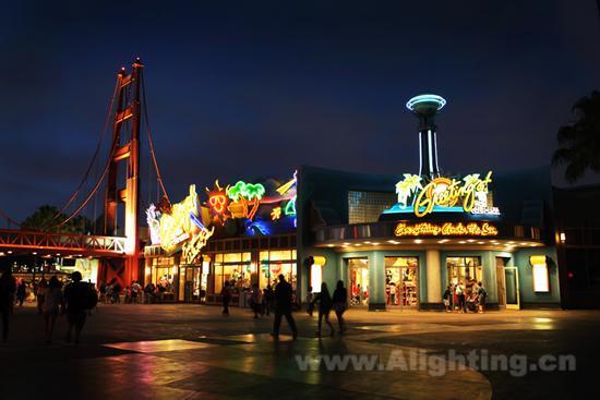 [NT:PAGE]   华特·迪士尼在美国加利福尼亚州兴建了世界上第一座现代大型主题公园——迪士尼乐园,于1955年7月17日正式开幕。迪士尼乐园将迪士尼电影场景和动画技巧结合机械设备,让主题贯穿各个游戏项目。由于能够让游客收获前所未有的体验,随即风靡美国,再传到全世界各地。如今,主题公园成为了满足旅游者多样化休闲娱乐需求和选择而建造的一种具有创意性活动方式的现代旅游场所。