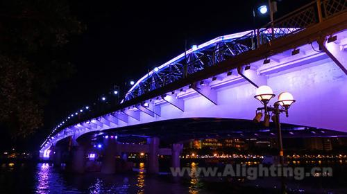 灯具固定在边桥桥侧,对大桥桥底钢结构表面均匀打亮