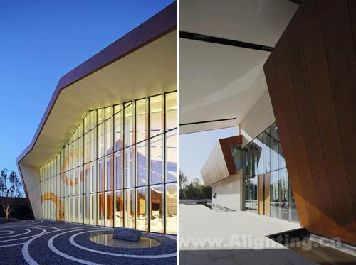 建筑师采用钢框架结构来完成长跨度的设计