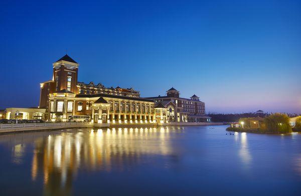 此外,位于酒店主楼对岸的桃花岛酒店,四面环水,风光独特,以本地农家菜