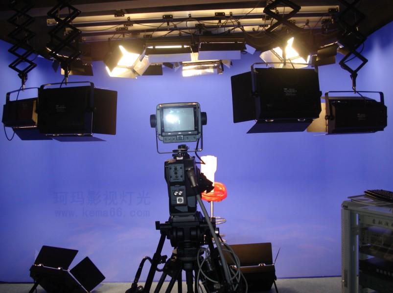 虚拟演播室灯光使用铝合金轨道效果 新闻演播室灯光设计:设计考虑1-2人,做半身或全身抠像,背景蓝色抠像幕布或者绿色抠像幕布,播音桌设计两个人的位置,灯光会根据房子的结构高低,以及预算加装铝合金轨道,或使用葡萄架,或使用挂灯支架固定安装,地面处理,墙面隔音和声学吸声处理,观察窗,灯光控制台放置位置,控制室操作台数量,大小,放置设备数量,机柜位置等,初步方案完成后会和用户就现在设计的再做一次深沟通,最终确定满意后位置。