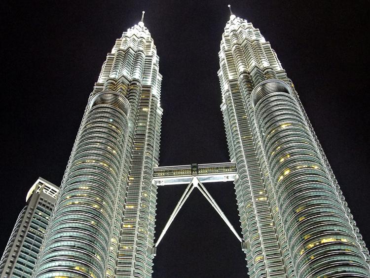吉隆坡双子塔是马来西亚石油公司的综合办公大楼,也是游客从云端俯视