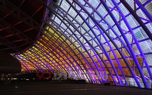 钢结构建筑顶部照明