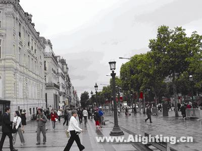 欧式路灯完美地与周边建筑和街道相结合,但其功能性照明随着城市的