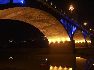 从施工安排上,宝塔山上的宝塔灯光已完成,延河大桥的灯光施工在2007年