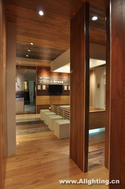 首先橱窗设计上要体现展示厅所要表达的概念,同时展现从外到内的视觉