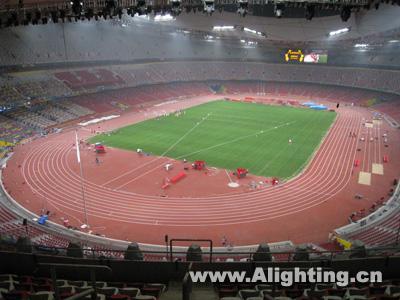 2) 首次在大型综合体育场照明设计中采用嵌入式非连续的锯齿形马道
