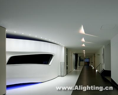 4w的led蓝光灯带散逸于弧形墙底端,营造出一种神秘,深邃之感,使整个