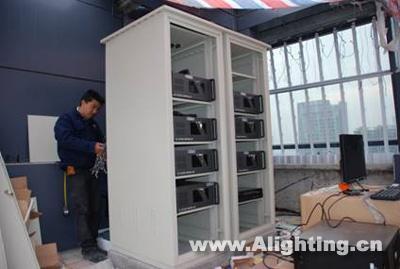 技术人员在其中一处户外网络机柜位置进行系统连线