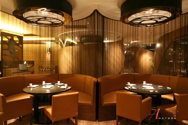 坊靜居新深且幽 私密性的包廂,采用了以編制木皮表達。它的外形如彩帶的隔間,內飾則延續整體風格,局部采用玻璃,故呈半透明狀,即有了功能性上的表達,也有了一種藏而不露之感。包廂的設計更多注重了內外呼應之感,絲毫不顯突兀,更添特色之意。餐廳的形式多元化、模糊化、不規則化,此中有彼、彼中有此的雙重譯碼,在這里更多的強調了歷史文脈、有種意象及隱喻主義的表達方式在出現。